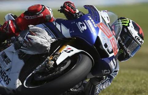 Jorge Lorenzo rodó 4 minutos con una gaviota enganchada a su moto (vídeo)