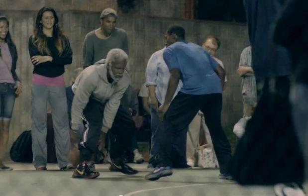 Jugadores de la NBA se disfrazan de ancianos y se presentan en una cancha de baloncesto