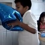 Un niño inhala helio 3 veces seguidas, pierde el conocimiento y cae de espaldas