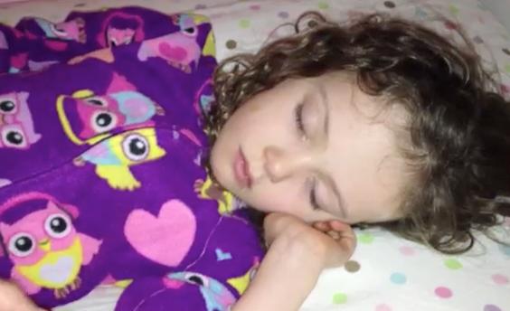 Un padre le saca un diente a su hija mientras que esta duerme