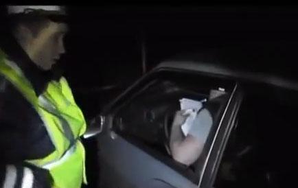 Un policía le pide amablemente a un conductor que baje del coche