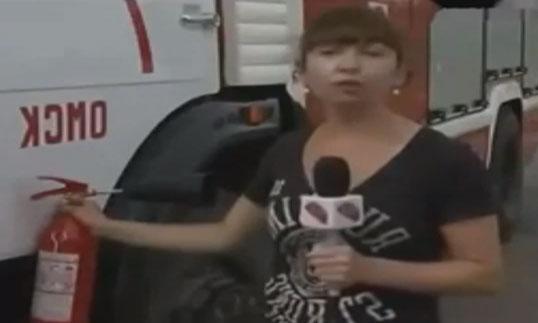 Reportera demostrando como utilizar un extintor