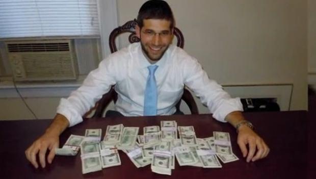Un joven compra un escritorio por Internet, se encuentra 73.000 euros en el cajón... y los devuelve