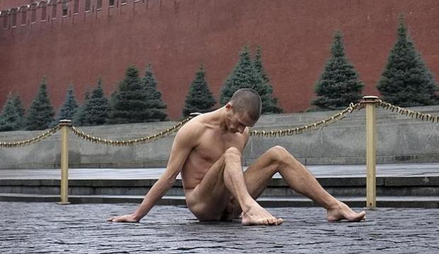 Un pintor ruso clava con un martillo sus testículos en la Plaza Roja de Moscú
