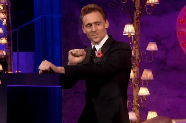 Tom Hiddleston (Loki) también baila y no lo hace nada mal...
