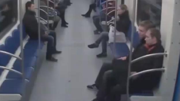 Una cámara de seguridad graba una brutal agresión racista en el metro de Moscú
