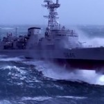Barco de guerra luchando contra el mar embravecido