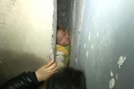 Rescatan a un bebé atrapado entre dos muros