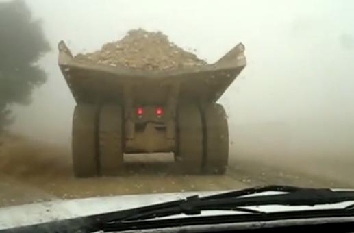 Camión minero derrapando en el barro