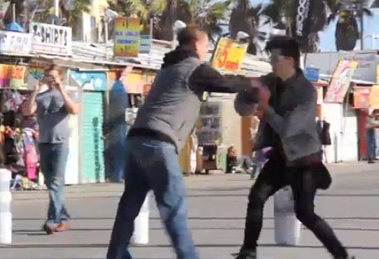 ¿Qué ocurre si intentas coger de la mano a una chica con su novio al lado?