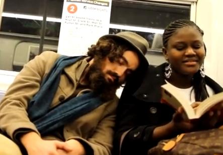 ¿Dejarías dormir en tu hombro a un desconocido en el metro?