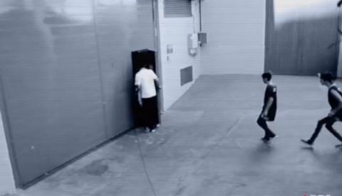 Dos niños se cuelan en el vestuario de las cheerleaders del Barça