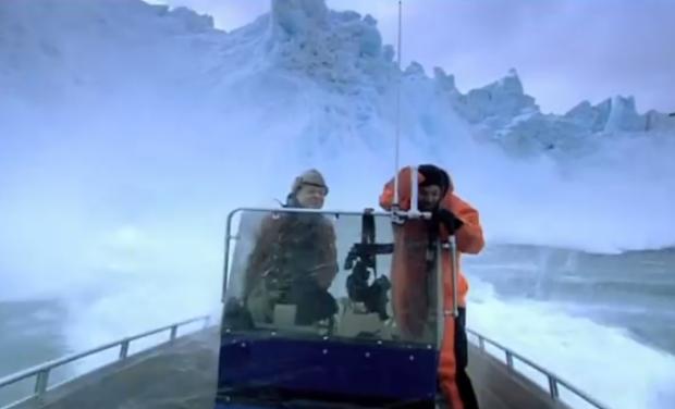 Escapan por poco cuando se derrumba un glaciar en el Ártico