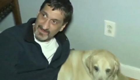 Un hombre ciego y su perro guía obligados a bajar de un avión, y los demás pasajeros indignados también se bajan