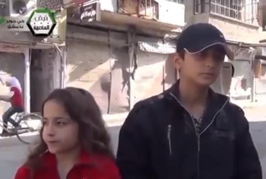 Niños sirios son bombardeados durante una entrevista