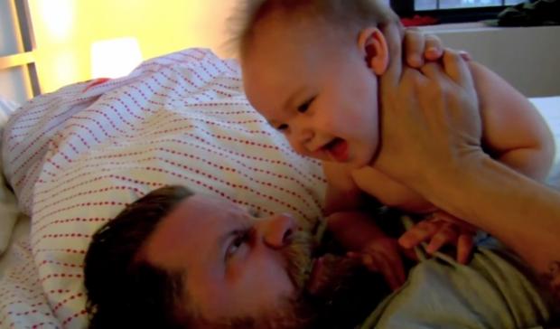 Polémica por el vídeo de un padre que enseña cómo pelear con un bebé