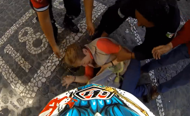Un rider choca contra una señora que cruzó la calle durante una carrera de descenso