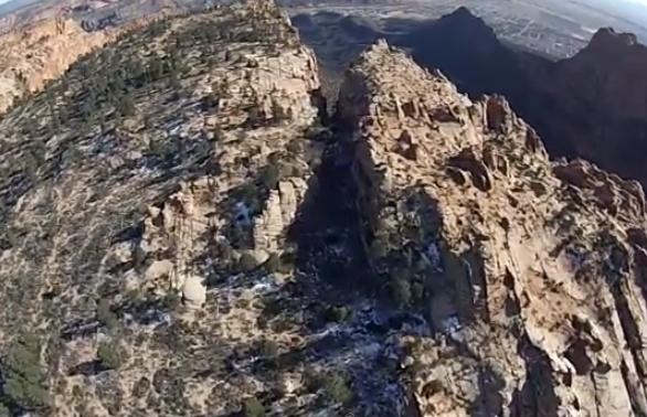 Atravesar volando un pequeño cañón haciendo Wingsuit