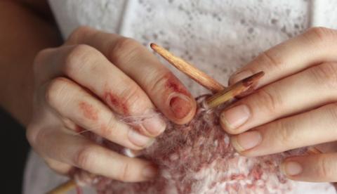 Una mujer teje una bufanda durante 28 días utilizando su vagina