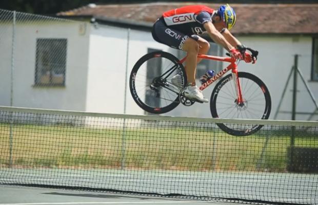 Martyn Ashton y sus increíbles trucos en una bicicleta de carretera