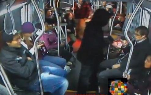 Los pasajeros de un autobús derriban y retienen a un ladrón armado