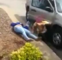 Agresora queda inconsciente después de golpearse contra la puerta del coche