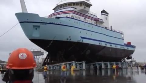 Así es como meten los barcos en el agua