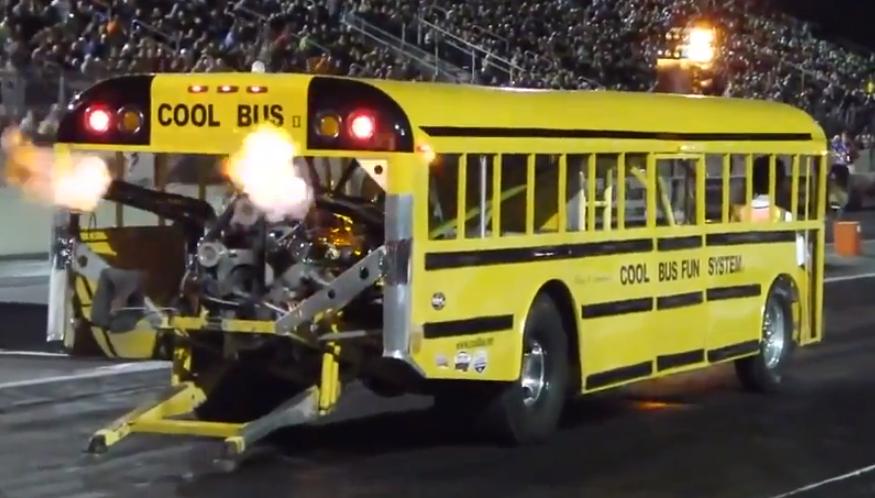 Imagínate llegar al colegio en este autobús
