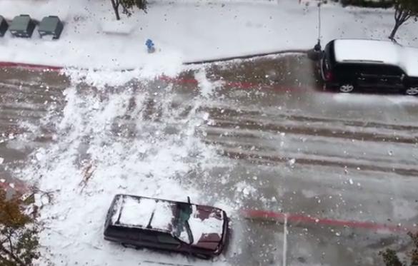 Avalanchas de hielo caen desde los tejados de Dallas