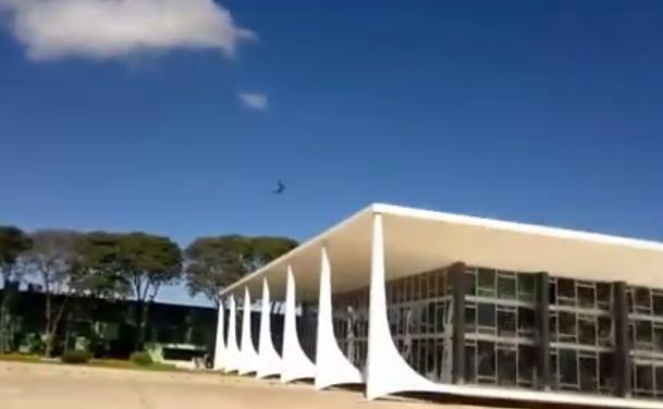 Un avión de la Fuerza Aérea de Brasil rompe los cristales de un edificio del Gobierno