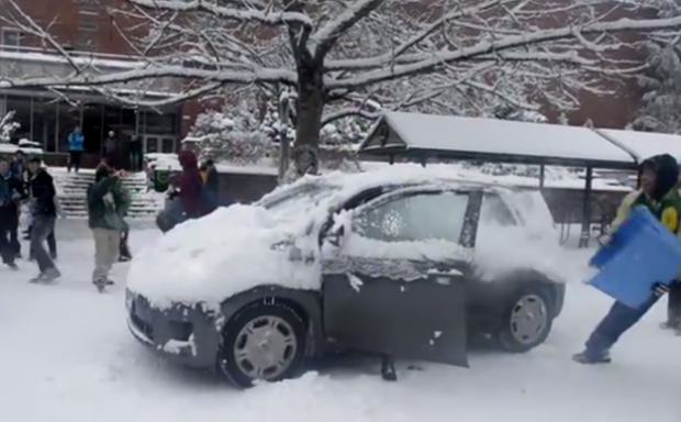 Estudiantes atacan a base de bolazos de nieve a cada coche que sale de la Universidad