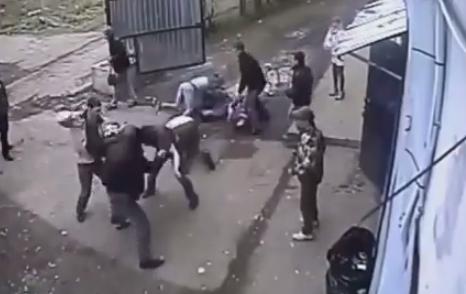 Brutal pelea fuera de un club en Rusia
