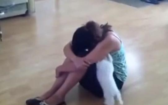A esta chica nunca le faltará el consuelo de su perro