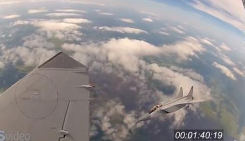 Esto es lo que verías si pudieras volar en un caza militar