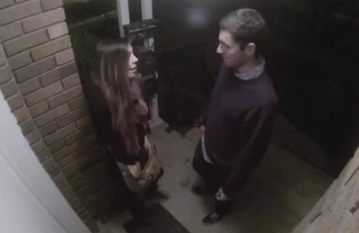 Chico buscando un beso de despedida tras dejar a la chica en su casa después de una cita