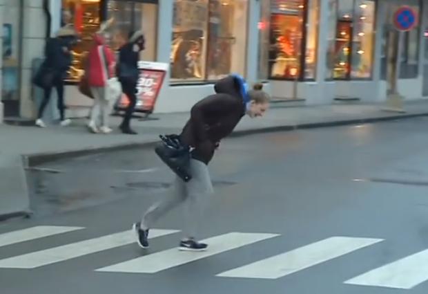El viento en Alesund, Noruega hace que caminar por la calle sea así de difícil