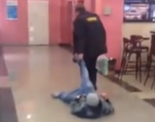 El guardia de seguridad que te sacará del centro comercial por las buenas o por las malas