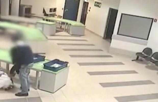 Un guardia de seguridad atrapa en el aire a un bebé que va a caer al suelo
