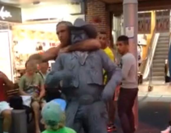 Gente que se dedica a joder a las estatuas humanas callejeras...