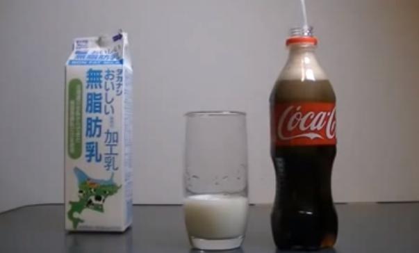 Esto es lo que ocurre al mezclar leche con Coca-Cola