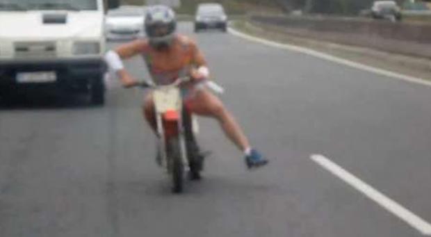 Vídeo del motorista disfrazado de mujer en la autopista AG-55 (Carballo-A Coruña)