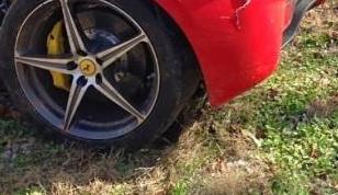 Escalofriante: Parte un Ferrari 458 Italia en dos