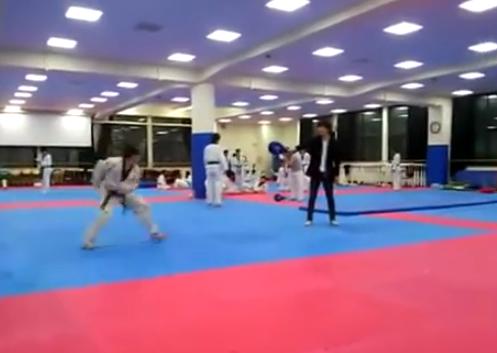 Increíble patada de Taekwondo: 3 vueltas en el aire sobre sí mismo