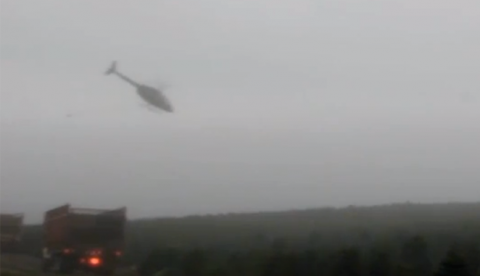 Piloto de helicóptero recogiendo árboles de Navidad de una granja a un ritmo increíble