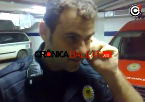Un policía local se mofa de un vendedor ambulante y le destroza su mercancía (Vídeo)