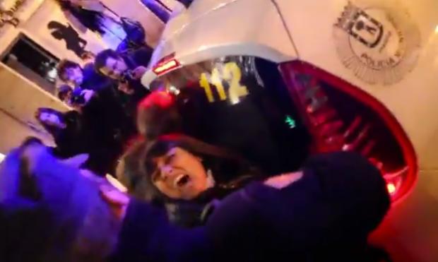 La policía golpea y detiene a varias mujeres tras una protesta contra la ley del aborto (Vídeo)