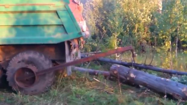 Así cargan los troncos en el camión los rusos, puro ingenio