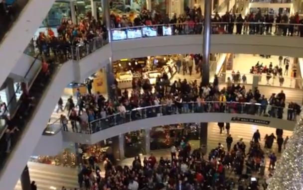 Lanza 1.000 dólares en billetes en un centro comercial con el fin de difundir alegría en las fiestas