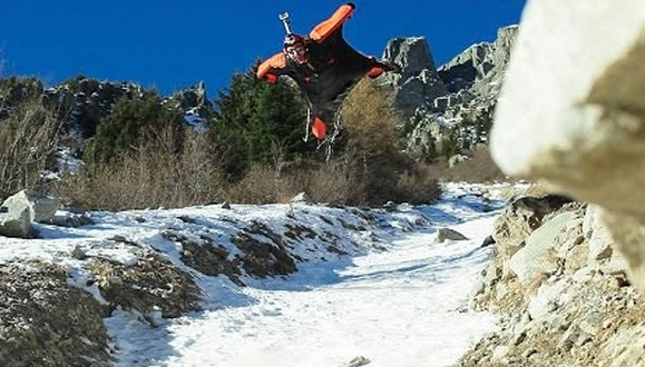 Wingsuit muy muy cerca del suelo