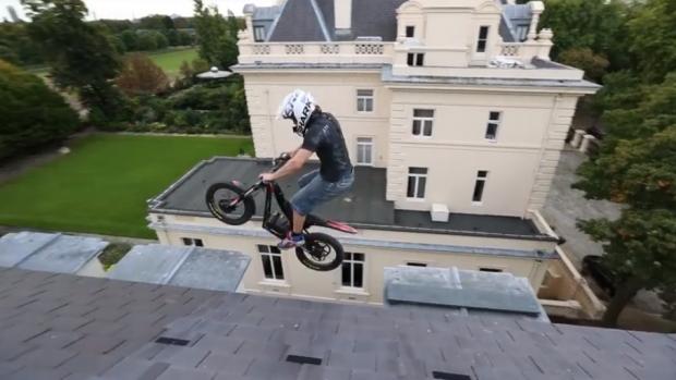 Trial con una moto eléctrica en una embajada abandonada